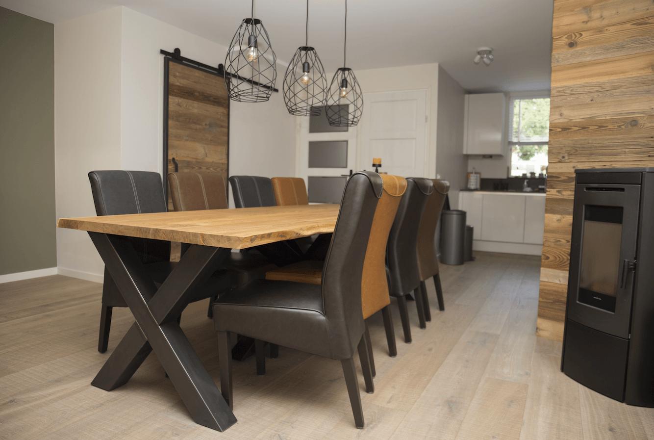 Complete tafel met eikenhouten blad